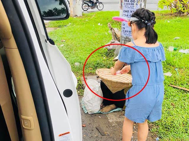 Thủy Tiên khoe ảnh con gái giúp đỡ người ăn xin, dân tình chú ý đến chi tiết đặc biệt