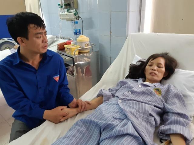 Vợ đột nhiên bất tỉnh, chồng tàn tật cố bế vợ gào khóc: Em ơi! Đừng bỏ bố con anh