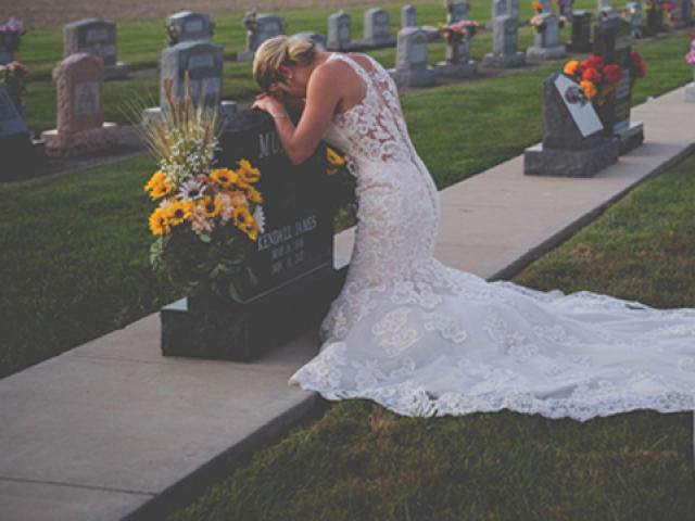 Xúc động hình ảnh cô dâu chụp ảnh cưới bên mộ chú rể vào ngày tổ chức lễ cưới