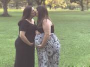 Cặp đồng tính nữ cùng mang thai, sinh con cùng tháng sau 17 năm yêu nhau