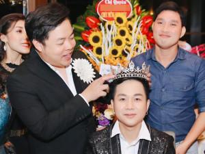 """Quang Lê """"chơi trội"""" tặng vương miện kim cương cho bạn thân Quách Tuấn Du"""