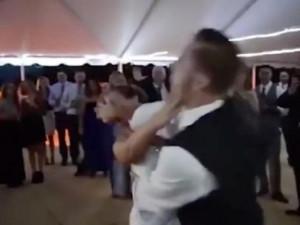 """Chú rể """"hạ gục"""" cô dâu ngã ngửa tại lễ cưới"""
