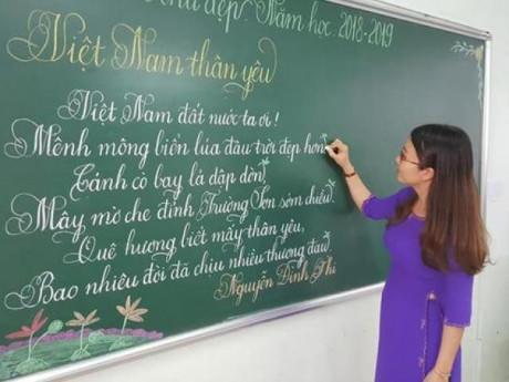 """18 cô giáo tiểu học thi viết chữ đẹp, dân mạng sững sờ: """"Viết tay mà đẹp đến thế"""""""