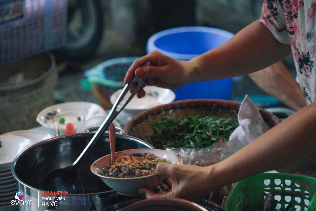 Trời lạnh, đi ăn ngay bánh đúc nóng 15 nghìn ở Trung Tự ngon từ bột đến tận cháy