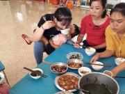 Làm mẹ - Bức ảnh bữa trưa đạm bạc, tay và cơm, người ẵm trẻ của cô giáo mầm non gây xúc động