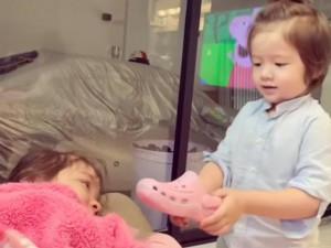 Con trai Elly Trần dùng một chiếc dép dỗ dành, chị gái ngừng khóc ngay lập tức