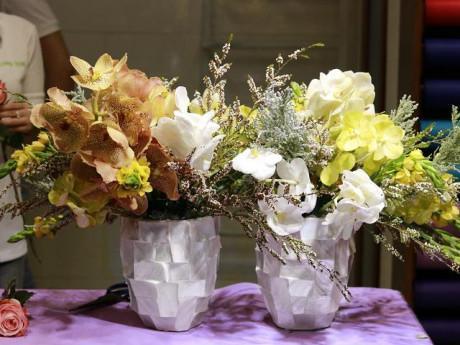 """""""Nhặt nhạnh"""" hoa 20/10 được tặng, mẹ trẻ gây bất ngờ với bình hoa tự cắm đẹp mê ly"""