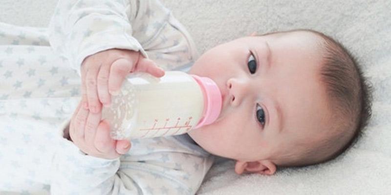 Sữa bột thường được sử dụng trong các trường hợp người mẹ không đủ hoặc không có sữa để nuôi con. Nó chứa các chất dinh dưỡng bổ dưỡng, giúp đứa trẻ sơ sinh phát triển tốt.