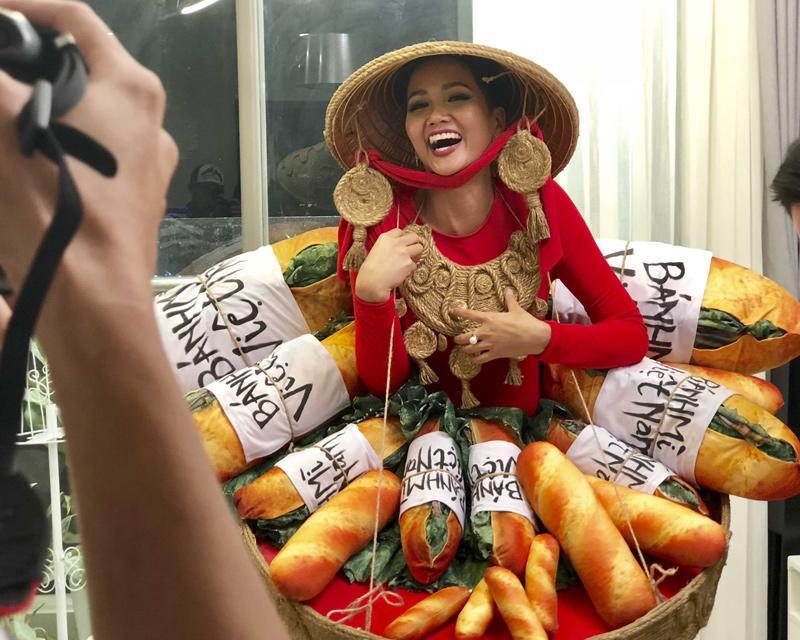 H' Hen Niê gây sốt cộng đồng mạng với trang phục lấy cảm hứng từ bánh mì. Ngay khi hình ảnhvừa được hé lộ, đã gây ra luồng tranh luận đa chiều. Tuy nhiên kết quả sẽ do chính fans lựa chọn và được công bố ngày05/11/2018.