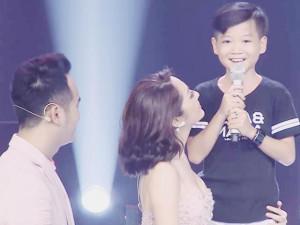 """Chuyện thật như đùa: Cậu bé theo bố mẹ đi cổ vũ bất ngờ """"gây bão"""" The Voice Kids"""