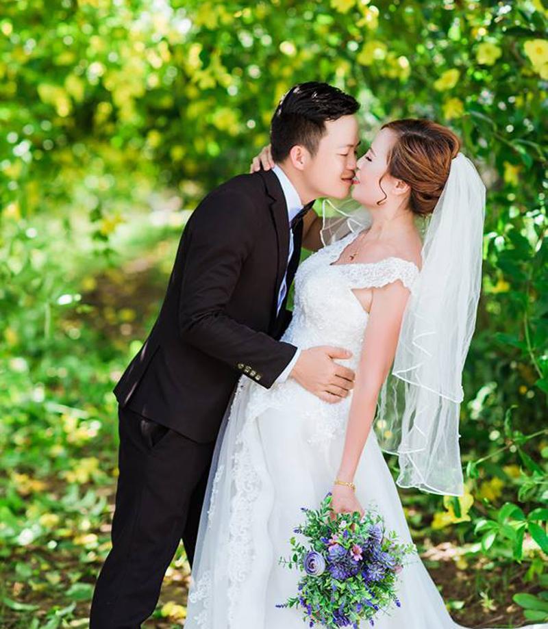 1. Mối tình của cô dâu 62 tuổi lấy chồng 26 ở Cao Bằng  Đầu tháng 7/2018, mạng xã hội xôn xao chuyện tình của chàng trai 26 tuổi với người phụ nữ 62. Kèm theo đó là những tấm hình cưới đẹp lung linh cũng như những khoảnh khắc thân mật giữa đời thường của cặp đôi.