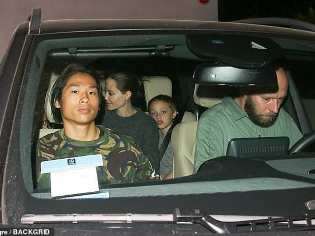 Pax Thiên mặt lạnh như tiền đưa Angelina Jolie và các em đi ăn nhà hàng