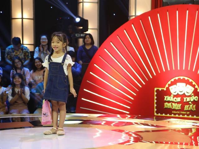 Thách Thức Danh Hài: Xuất hiện cô bé 6 tuổi đáo để dám chặt chém cả Trường Giang