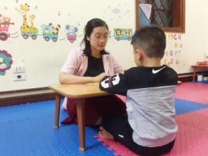 """Trẻ nói tiếng Anh thạo hơn tiếng Việt, cha mẹ tưởng """"Con tôi giỏi"""" nhưng đi khám mới chết lặng"""
