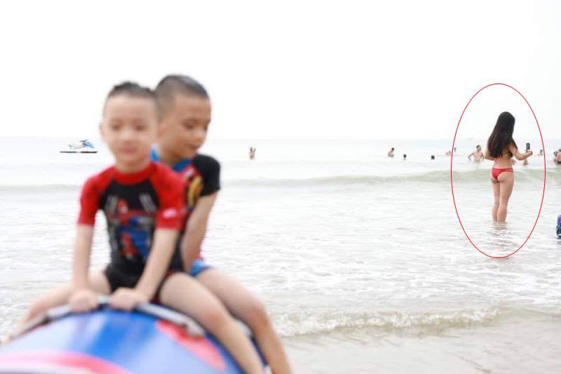 Khi bố đưa con đi tắm biển, mẹ yên tâm là con luôn được an toàn và có nhiều bức ảnh kỉ niệm nhé. Tuy nhiên ảnh có vẻ không được rõ nét nhỉ. Trọng tâm của bức ảnh bố chụp cho con bắt nét vào đâu vậy?
