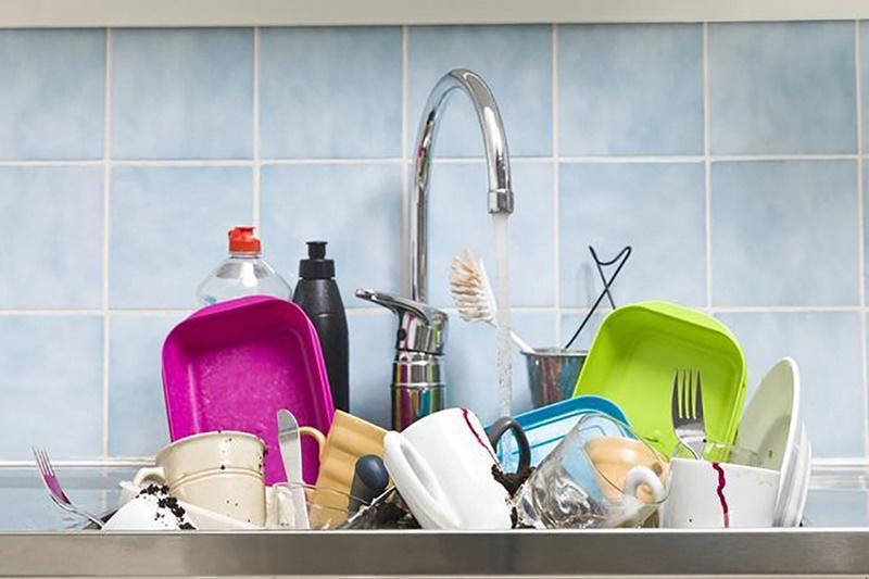 1. Để bát đĩa bẩn chồnglên nhau  Bát đĩa dùng xong thường dính nhiều dầu mỡ, khi để chồng đống sẽ làm chúng dính bẩn sang nhau khiến công việc rửa bát tăng gấp đôi, vi khuẩn cũng được dịp lan sang những chỗ bát đũa khác.