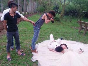 """Cười bể bụng với hậu trường cực độc tạo ra những bức ảnh cưới """"triệu like"""""""