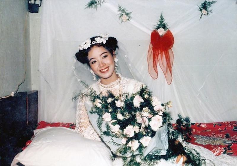 Áo cưới màu trắng, áo dài vẫn là kiểu đồ được yêu thích từ những năm 80, 90 cho tới hiện tại. Tuy nhiên, dễ dàng nhận thấy ở thời kỳ trước cô dâu sử dụng khá nhiều phụ kiện và tạo kiểu tóc cầu kỳ hơn so với các cô dâu trẻ bây giờ.