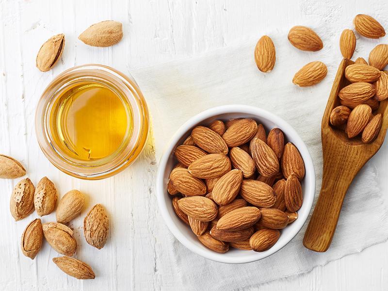 Trong các loại hạt thì hạnh nhân được xếp vào những thực phẩm có hàm lượng chất dinh dưỡng cao bao gồm protein, chất xơ, canxi, vitamin E, riboflavin và niacin. Mẹ bầu nên để hạnh nhân sẵn trên bàn, là món ăn vặt tiện lợi và bổ dưỡng.