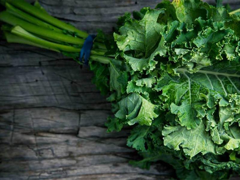 Trong cải xoăn có chứa lượng lớn protein, canxi, kali và vitamin A… rất có lợi cho sức khỏe của bà bầu và thai nhi. Với cải xanh, mẹ có thể làm sinh tố hoặc xào với bơ sẽ rất thơm ngon để thưởng thức.