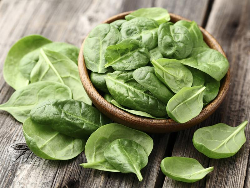 Đây là siêu thực phẩm trong danh sách những thực phẩm lá xanh. Rau bina giàu kẽm, vitamin B3 cũng như protein, chất xơ, vitamin A, C, E và K, thiamin, vitamin B6, folate, canxi, sắt, magiê, phốt pho, kali, đồng và mangan.