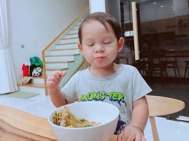 Con trai Lý Hải ăn ngon bất chấp được dân mạng khuyên nên casting quảng cáo