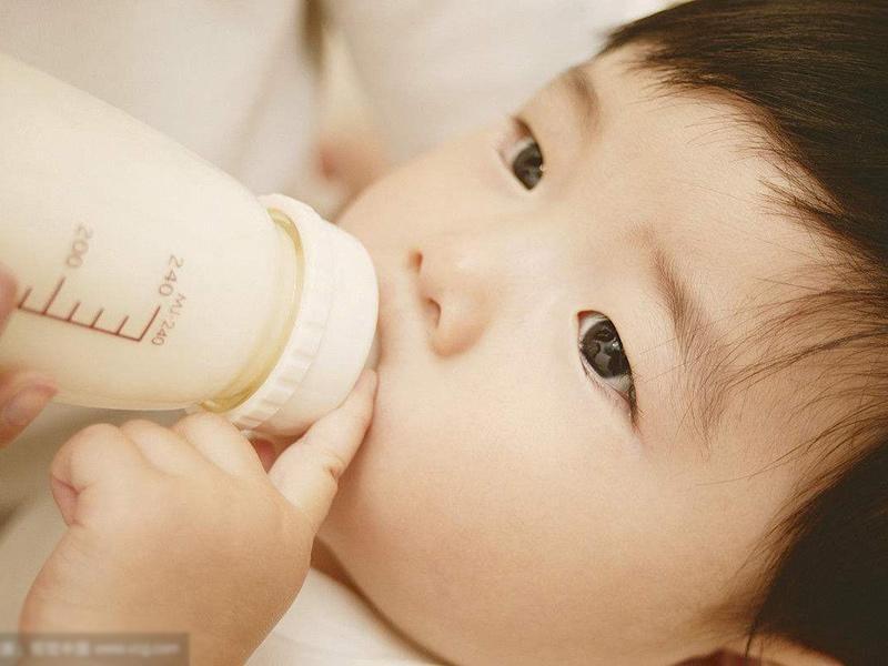 Sữa giàu protein,canxi, là thực phẩm thiết yếu cho sự phát triển của bé.Nhưng nhắc nhở các mẹ, sữa muốn phát huy tác dụng tốt nhất phải được sử dụng đúng cách. Đặc biệt đối với trẻ 0 -1 tuổi, 5 loại sữa sau mẹ không nên cho uống.