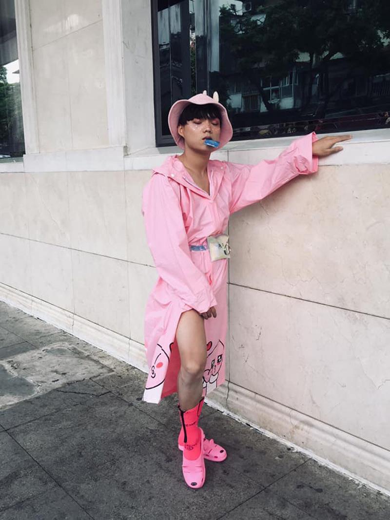 Bộ trang phục màu hồng của anh chàng này không theo bất kỳ quy tắc nào cả, đơn giản nó chỉ là màu hồng và xẻ đùi theo ý bạn ấy thích mà thôi.