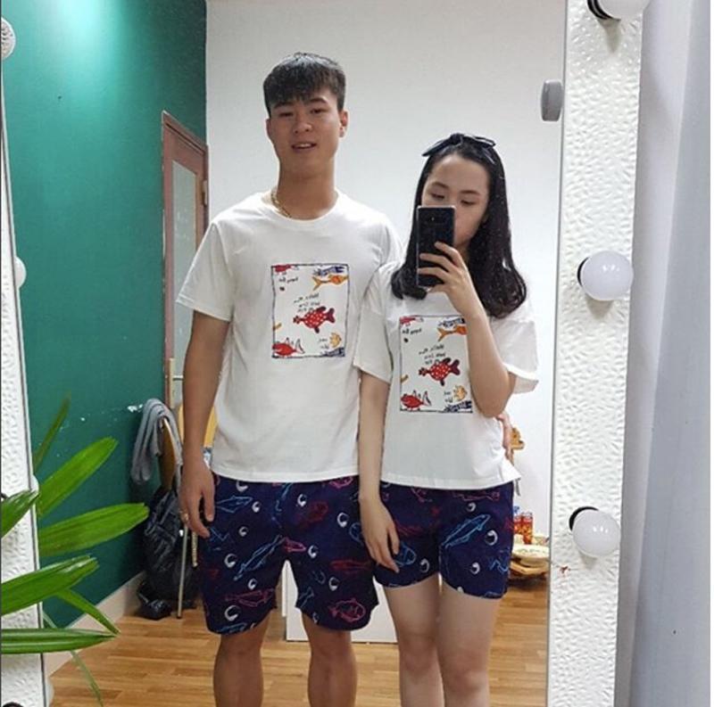 Duy Mạnh thể hiện tình yêu với bạn gái bằng việc diện đồ đôi liên tục mỗi khi cả hai đi cùng nhau. Việc diện đồ đôi khiến cặp đôi trở nên vô cùng dễ thương và khắn khít hơn.