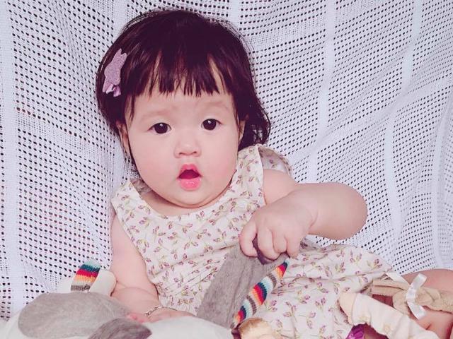 Đặng Thu Thảo hào hứng khoe con gái 7 tháng tuổi đã biết gọi Ba