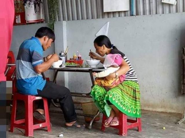Vợ vừa bế con vừa ăn, chồng thảnh thơi như người son rỗi, bức ảnh gợi lên nhiều suy ngẫm