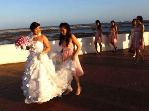 Cô dâu ra sức vỗ béo phù dâu để mình đẹp nhất trong đám cưới