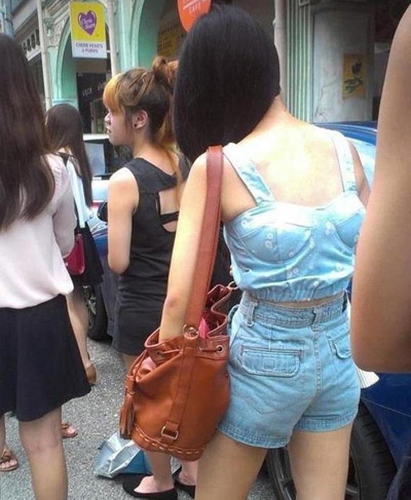Sự bất cẩn khi mặc đồ cũng là một điểm chị em thường xuyên mắc phải. Họ gây chú ý và khiến người xung quanh lắc đầu khi xuất hiện lôi thôi.Khi chán mắc phải, ta có thể mặc trái hoặc thậm chí là mặc ngược đồ để đánh lạc hướng như thế này.