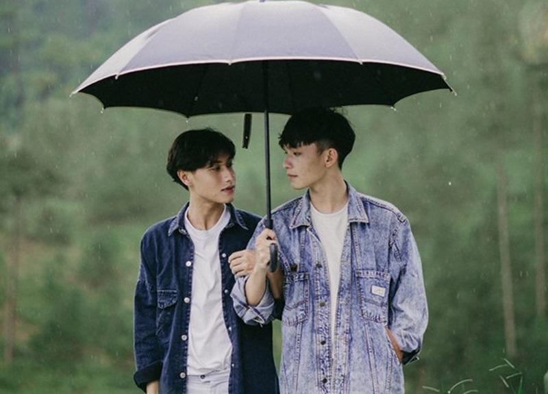 """""""Chắc Phi là người đáng thương nhất trên đất Sài Gòn này, vì yêu nhau mà không bao giờ được mình tặng cho bất kì thứ gì và cũng chẳng có những ngày kỉ niệm hàng tháng như bao cặp đôi khác…"""""""