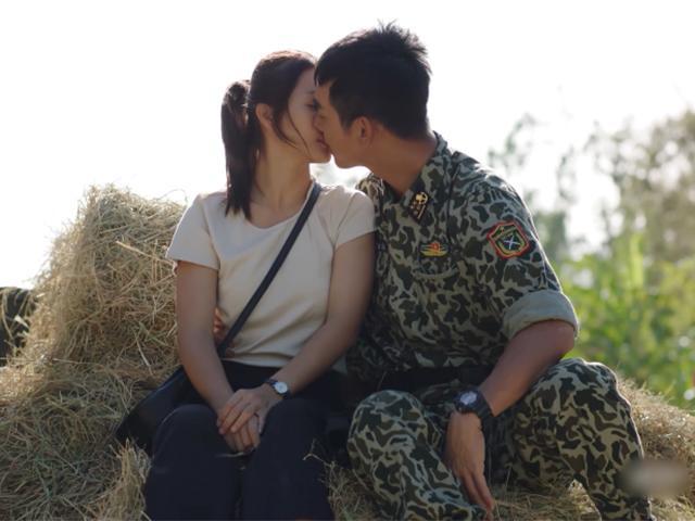 Tại sao ngồi ngay ngắn hôn nhau trong Hậu Duệ Mặt Trời Việt, đầu cặp đôi lại dính đầy rơm?
