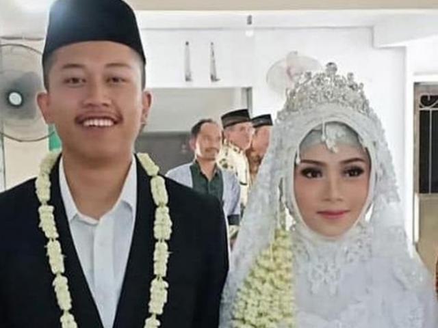 Vụ máy bay chở 189 rơi xuống biển ở Indonesia: Cô dâu mới cưới khóc nghẹn tìm chồng