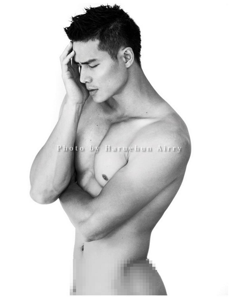 Trong đó phải kể đến bộ ảnh khoả thân 100% của Nam vương Tiến Đoàn trên tạp chí Men's Health Thái Lan.