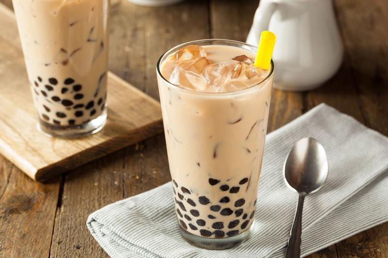 1. Trà sữa trân châu: Nhiều năm trở lại đây, trà sữa trân châulà thức uống được giới trẻ vô cùng yêu thích. Dần theo thời gian, trà sữa được biến tấu mang nhiều hương vị đa dạng, phong phú với vô vàn các loại topping hấp dẫn.