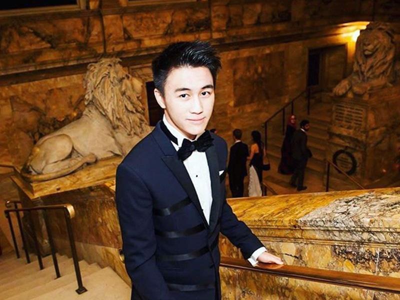 Mario Ho là con trai của Stanley Ho - người sáng lập ra ngành công nghiệp casino, đồng thời được mệnh danh là ông vua sòng bài Macau khi đóng góp tới 80% doanh thu của thành phố này.