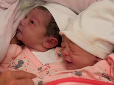 Vợ sinh đôi 2 con không giống nhau, chồng âm thầm đưa đi xét nghiệm rồi nín lặng