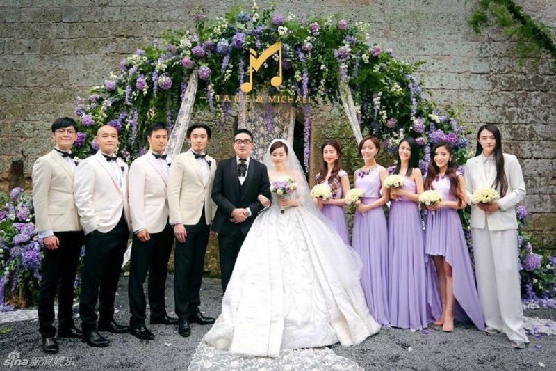Lưu Diệc Phi bên vợ chồng Trương Tịnh Dĩnh và dàn phù dâu phù rể.
