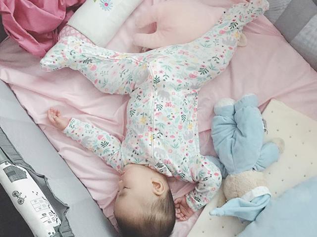 Những tư thế ngủ bá đạo của con gái Tú Vi chứng tỏ thế giới này là của mình con