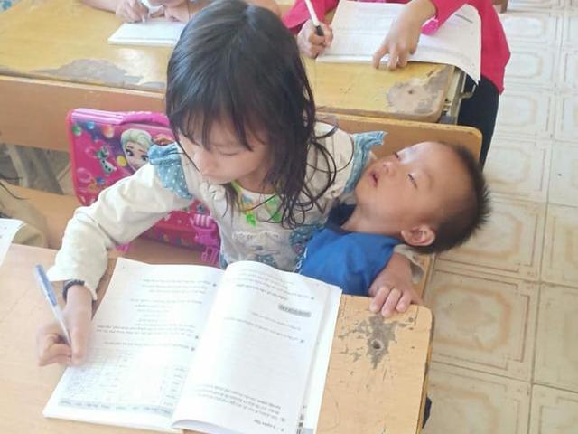 Hình ảnh bé gái Mường Lát bồng em cùng đi học khiến ai cũng thương