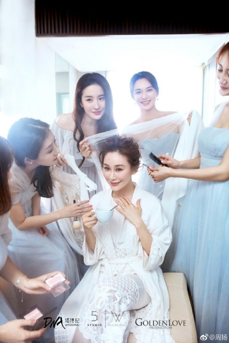 Không khó hiểu khi nhiều người cho rằng Lưu Diệc Phi trở thành 'tội đồ' trong hôn lễ của Chu Dương bởi vẻ ngoài của cô vượt trội hơn hẳn tất cả mọi người kể cả cô dâu.