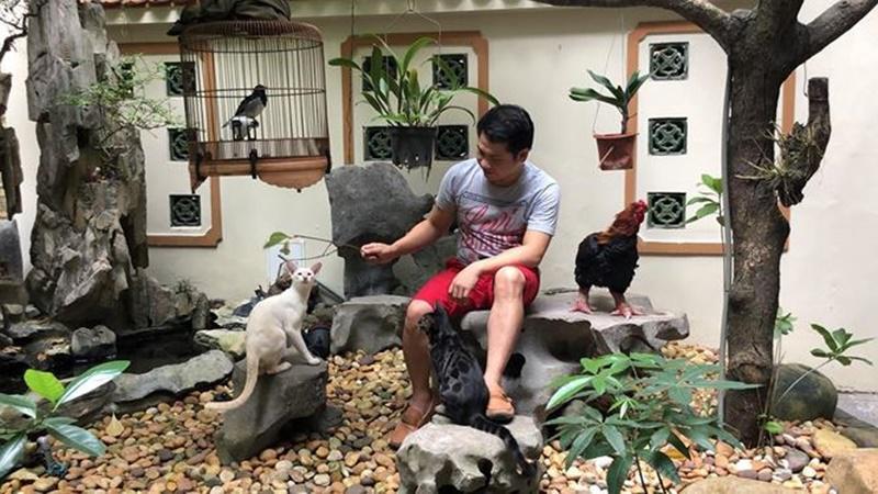 Từ năm 2009, Ca sĩ Trọng Tấn cùng vợ con chuyển về sống trong một ngôi nhà rộng hơn 100 m2 và cao 4 tầng ở phố Trần Quang Diệu (gần hồ Hoàng Cầu - Hà Nội).