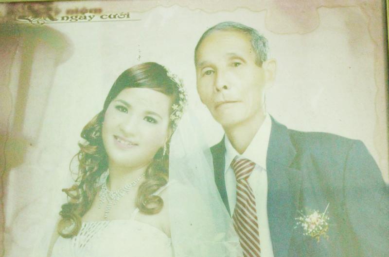 Cách đây 8 năm, người dân thôn Ngô Khê, xã Bình Nghĩa (Bình Lục, Hà Nam) vô cùng ngỡ ngàng trước đám cưới của ông lão 70 tuổi – Ngô Thanh Học và cô gái Nguyễn Thị Bích (27 tuổi).