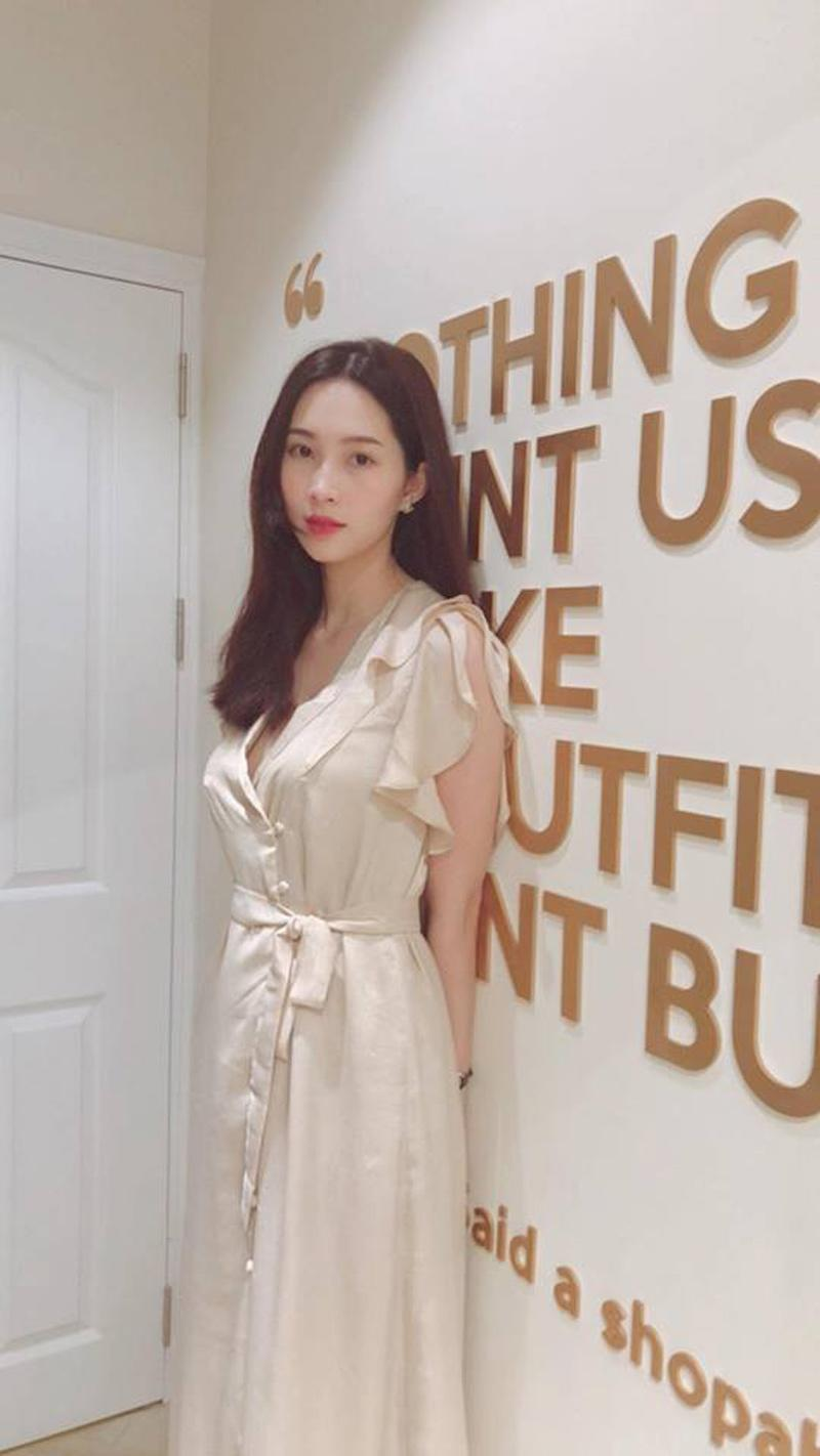 Bèo nhùn kết hợp với xẻ tà cùng những chiếc khuy áo nhỏ nhắn thực sự khiến nàng Hoa hậu trở nên quyến rũ hơn bao giờ hết.