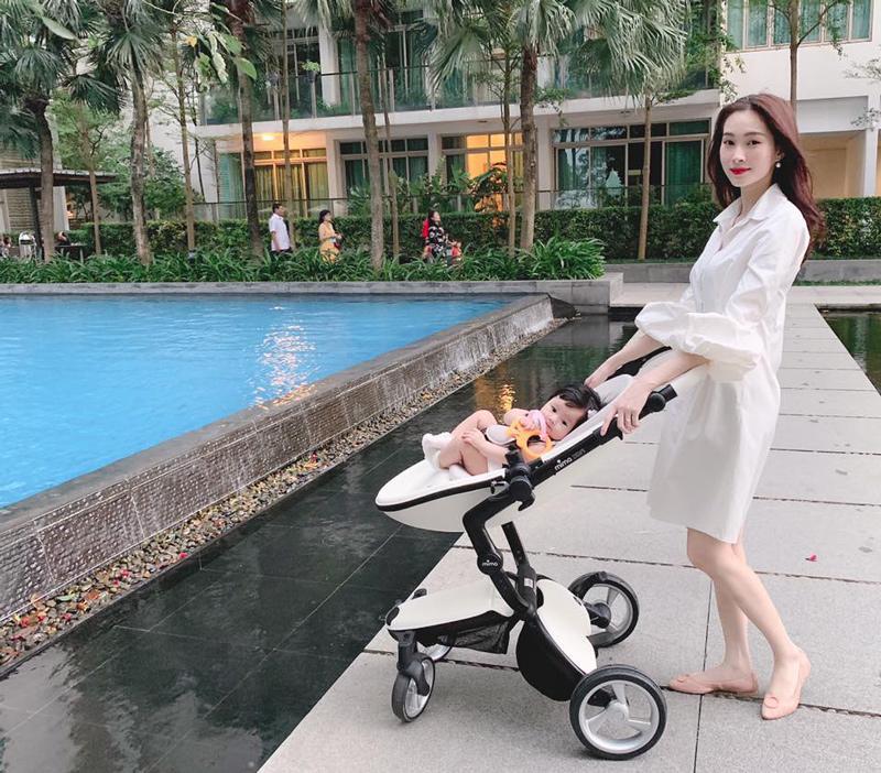 """Những chiếc váy bèo nhún với phom dáng rộng, giúp Hoa hậu Đặng Thu Thảo che được thân hình mỏng manh của cô sau khi làm mẹ. Đồng thời giúp bà mẹ một con trở nên ngọt ngào hơn với những chi tiết đậm chất """"con gái"""" này."""