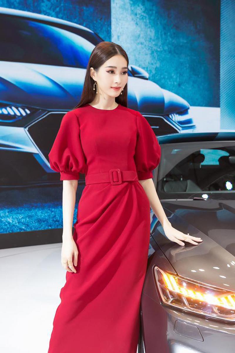 Bèo nhùn kết hợp với tay phòng, Thu Thảo thực sự cao tay trong việc kết hợp trang phục giúp che khuyết điểm thân hình mỏng manh của cô trước công chúng và tín đồ thời trang.
