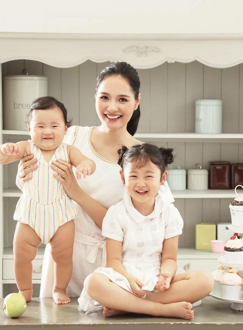 1. Con gái út Hoa hậu Hương Giang:  Nhà Hoa hậu đẹp nhất châu Á 2009 có 2 cô 'công chúa' vô cùng dễ thương.